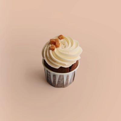 Cupcake mit Schokostückchen, Karamellkern und Salzkaramell-Creamcheese