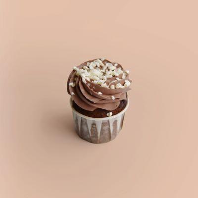 Cupcake mit dunklen und weißen Schokostückchen, Nougatkern und Schokoladen-Topping
